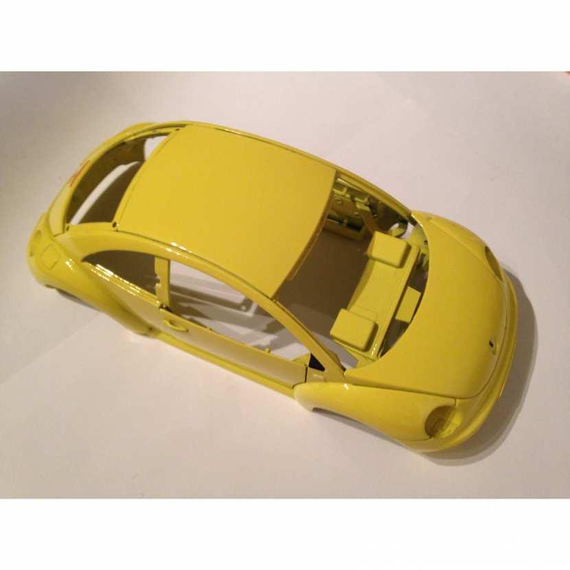 Carcasse carrosserie coque pièce détachée modèle voiture miniature de collection Volkswagen New Beetle de taille 1/18ème de marque Maisto