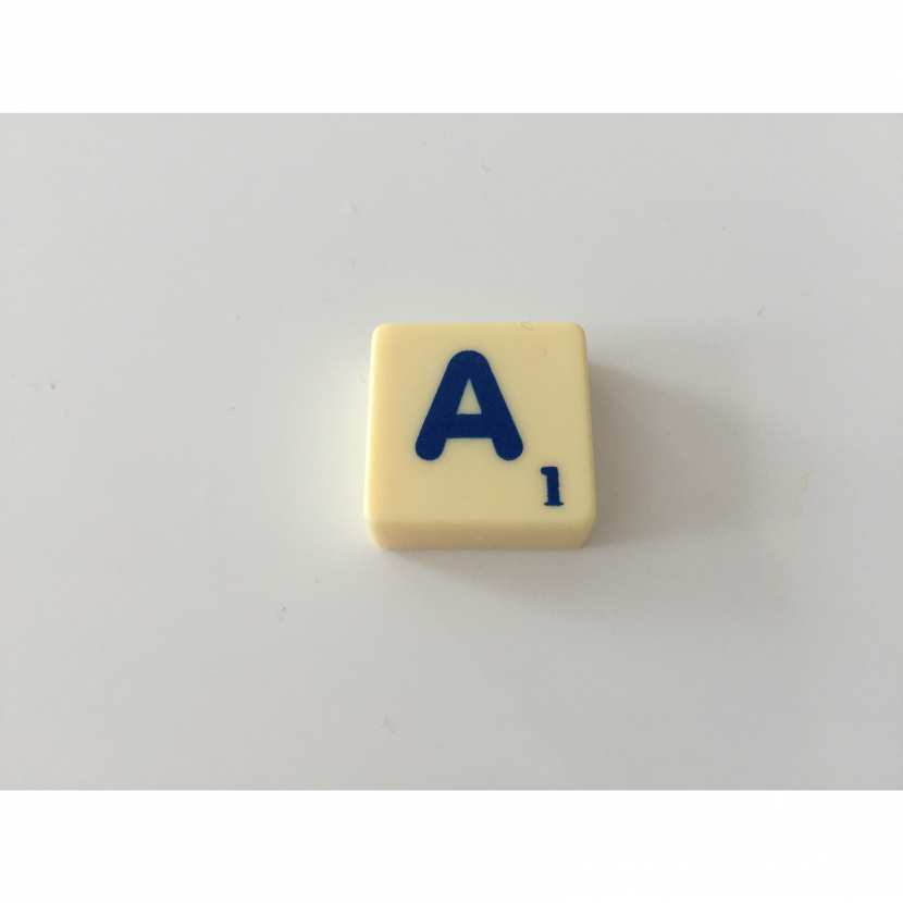 lettre A pièce détachée du célèbre jeu de société le scrabble