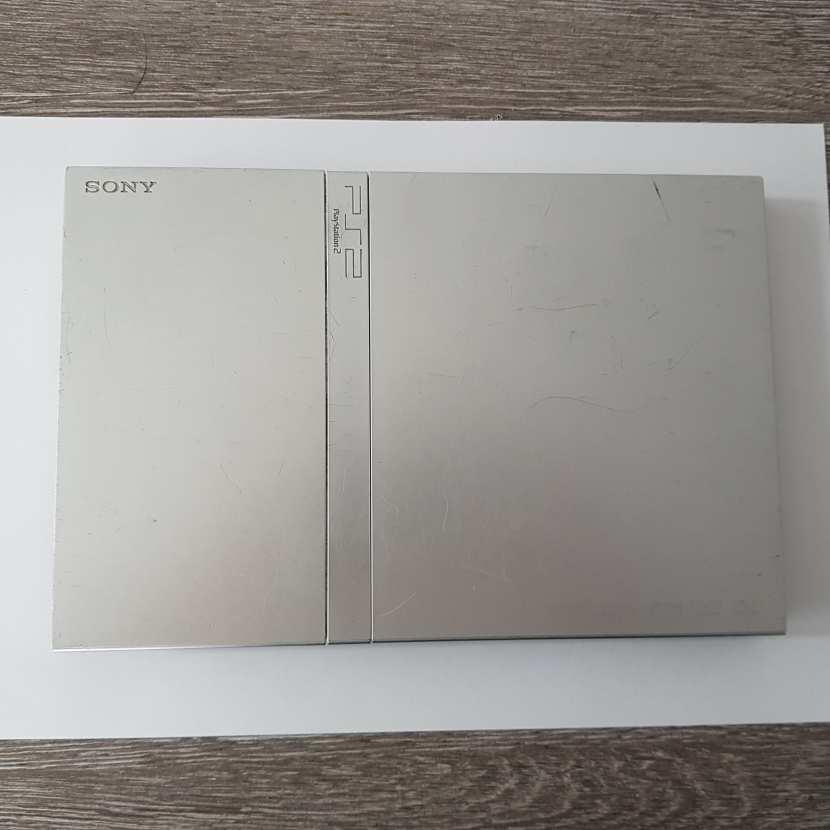 Plasturgie coque supérieur pièce détachée pour console de jeu de marque Sony de type PS2 slim Playstation 2 référence SCPH-70004